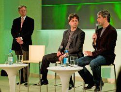 Eric Schmidt fra styret i Google, og grunnleggerne av Google sittende, Larry Page og Sergey Brin.