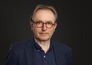 """Helge Simonnes presenterer sin nye bo """"En Gud for de mange""""."""