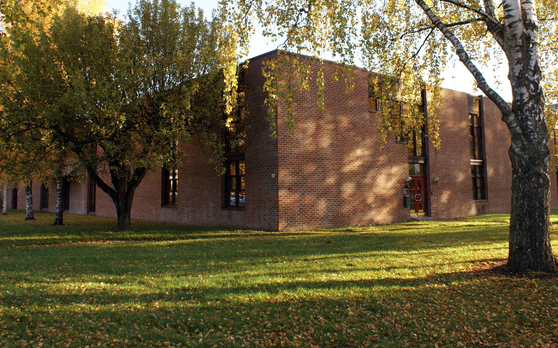 Midlertidig adgang til biblioteket på Bekkestua fra baksiden av bygget