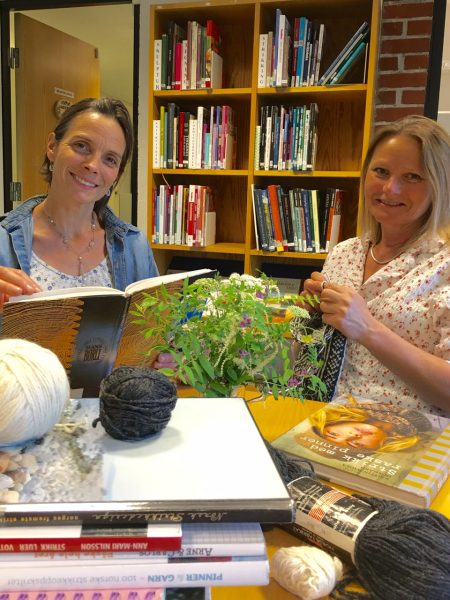 Strikk og lyrikk med Anne Katrine og Nini Karine. @ Bærum bibliotek Høvik