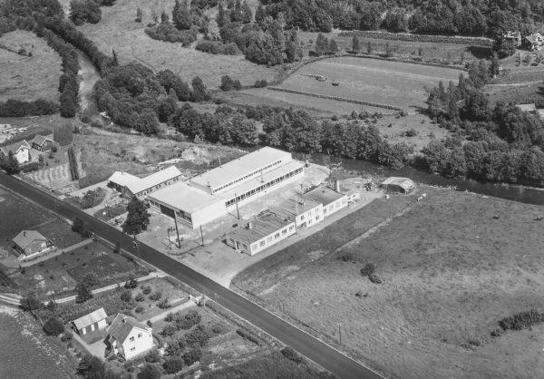 Dukkefabrikken leide lokaler i bygningen til høyre i bildet
