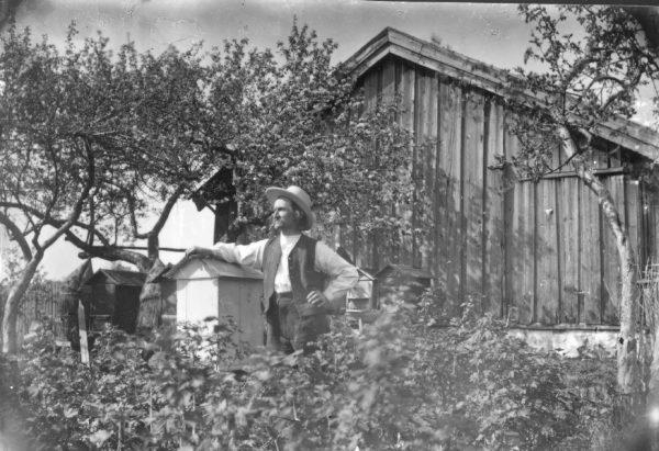 Hans Sleaskjuleet ved bikubene