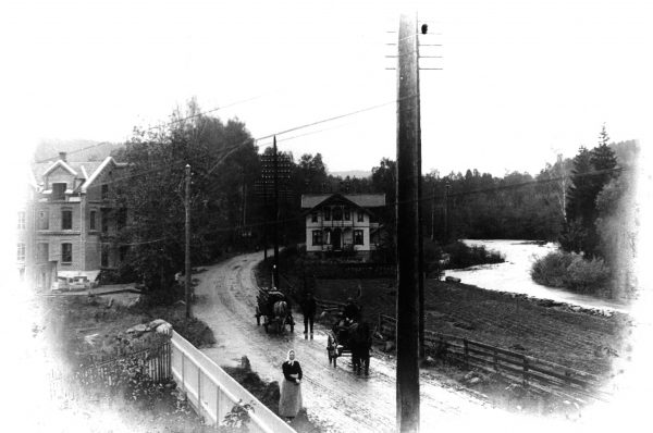 Fabrikken ble etablert i landlige omgivelser i utkanten av Sandvika. Bildet er fra 1900