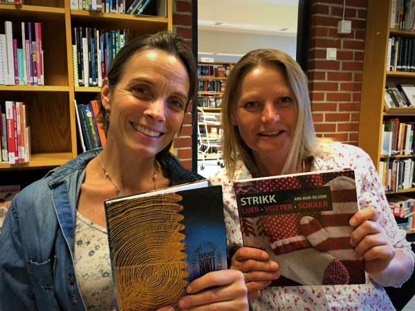 Strikk og lyrikk med Nini Karine og Anne Katrine. @ Bærum bibliotek Høvik