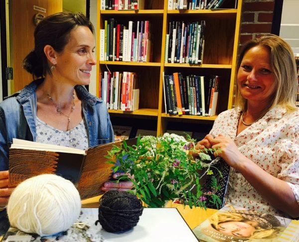 Strikk og lyrikk med Nini Karine og Anne Katrine @ Bærum bibliotek Høvik